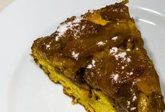 Кусок торта Яблока на белой плите Стоковые Фотографии RF