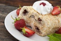 Кусок торта cream слойки с клубникой на деревянном столе Стоковая Фотография RF