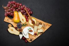 Кусок французских бри или сыра и груши камамбера на деревянной доске Стоковые Фото