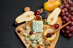 Кусок французских сыра и груши рокфора на деревянной доске Стоковое Фото