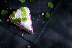 Кусок французского пирога с творогом и merengue поленики Стоковое фото RF