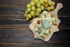Кусок французского сыра рокфора на деревянной доске Стоковые Изображения RF