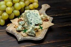 Кусок французского сыра рокфора на деревянной доске Стоковые Фото