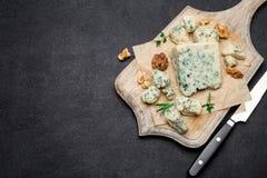 Кусок французского сыра рокфора на деревянной доске Стоковое Изображение