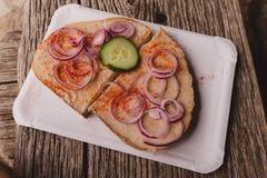 Кусок хлеба с шпиком и красным луком Стоковая Фотография