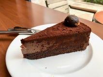 Кусок шоколадного торта трюфеля служил на кафе стоковое фото rf