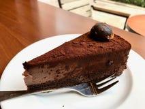 Кусок шоколадного торта трюфеля служил на кафе стоковые изображения rf