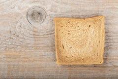 Кусок breadon деревянная предпосылка Стоковое фото RF