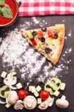 Кусок vegetariana пиццы на таблице с мукой, томатами, mushro Стоковое фото RF