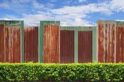 Кустарники с загородкой цинка на голубом небе Стоковая Фотография