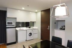 Кухня в квартире стоковое изображение