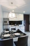 Кухня в квартире стоковые изображения
