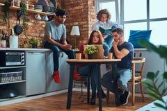 Кухня в спальне студента Группа в составе межрасовые студенты приниматься образование стоковое фото rf