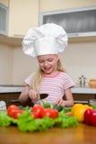 кухня девушки еды здоровая немногая подготовляя стоковая фотография