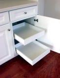 кухня дома ящиков самомоднейшая вне вытягивает полки Стоковые Фотографии RF
