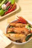 Кухня еды пряного супа Тома Yum Goong традиционная тайская в Таиланде на предпосылке циновки плетеной, Томе Yum Kung, тайской еде Стоковое Фото