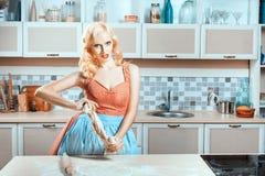 Кухня женщина на таблице и обедающий подготавливать Стоковые Изображения RF
