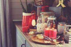 Кухня загородного дома украшенная на праздники рождества и Нового Года Marhmallows, свечи, какао и гайки в современных опарниках Стоковые Изображения RF