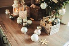 Кухня загородного дома украшенная на праздники рождества и Нового Года Стоковое Изображение RF