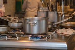 Кухня и занятые шеф-повара гостиницы Стоковое Изображение RF