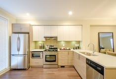 кухня конструкции нутряная самомоднейшая Стоковые Изображения RF