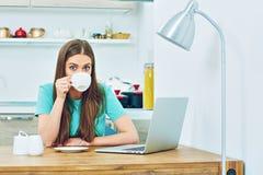 Кухня надомного труда женщины с компьтер-книжкой Стоковое Изображение