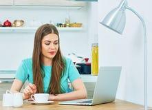 Кухня надомного труда женщины с компьтер-книжкой Стоковые Фото