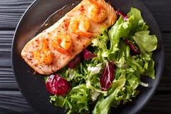 Кухня Нового Орлеана: Испеченные семги с креветкой и салатом на p Стоковое Изображение