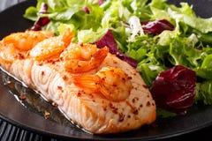 Кухня Нового Орлеана: Испеченные семги с креветкой и салатом на p Стоковое Изображение RF