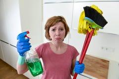 Кухня домохозяйки дома в перчатках держа веник чистки и mop и бутылку брызга Стоковая Фотография RF
