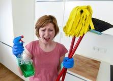 Кухня домохозяйки дома в перчатках держа веник чистки и mop и бутылку брызга Стоковые Фото