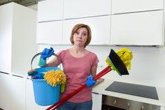 Кухня домохозяйки дома в перчатках держа веник чистки и mop и ведро Стоковые Изображения