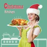Кухня рождества Усмехаясь цыпленк цыпленок женщины зажаренный в духовке удерживанием Стоковое фото RF