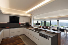 Кухня роскошной квартиры Стоковые Фотографии RF