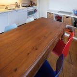 Кухня, старый деревянный обеденный стол Стоковые Изображения