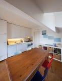 Кухня, старый деревянный обеденный стол Стоковые Изображения RF