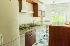 Кухня с мебелью и приборами стоковая фотография rf