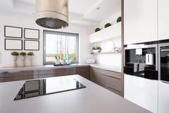 Кухня с островом стоковая фотография rf