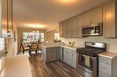 Кухня с темными деревянными полами и верхними частями мрамора встречными стоковая фотография rf