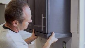 Кухня установки рук человека установки кухни в прессформе для кухни сток-видео