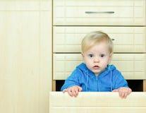 кухня шкафа мальчика Стоковые Изображения RF
