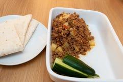 Кухня keema Aloo индийская пряная в белом блюде Стоковые Фотографии RF