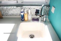 Кухонная раковина и проточная вода Стоковое Изображение RF