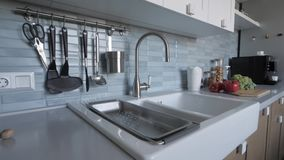 Кухонная раковина и tableware сток-видео