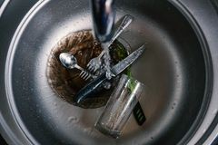 Кухонная раковина с грязными баками, пропуская кран стоковые фото