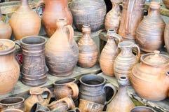 Кухонные приборы естественной традиционной гончарни глины красивые старые, блюда, кувшины, вазы, баки, кружки зелень gentile пред стоковая фотография