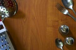 Кухонные приборы на деревянной предпосылке стоковая фотография rf