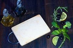 Кухонный стол готовый для того чтобы сделать очень вкусную еду украшенную с овощами и плодами стоковое фото rf