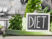 Кухонный стол с много зеленых овощей диеты Стоковое Изображение