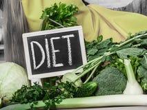 Кухонный стол с много зеленых овощей диеты Стоковое Изображение RF